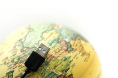 USB缚住与地球世界地图,被连接到地球概念 免版税库存图片