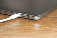 USB膝上型计算机和新技术类型C口岸和缆绳` s白色  免版税库存图片