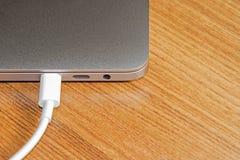 USB膝上型计算机类型C口岸和缆绳` s白色  免版税库存图片