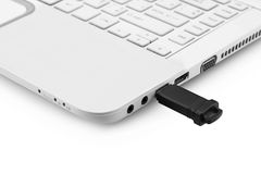 USB连接到膝上型计算机的闪光驱动 免版税库存照片