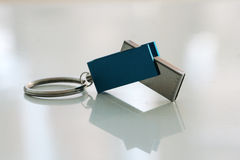 USB闪光在反射性背景的推进特写镜头 免版税库存图片
