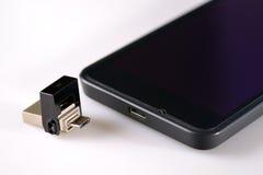 USB闪光驱动和智能手机 免版税库存照片