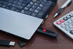 USB驱动和膝上型计算机 免版税库存图片
