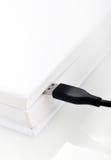 USB καλωδιακό σε ένα βιβλίο Στοκ φωτογραφία με δικαίωμα ελεύθερης χρήσης