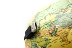 USB привязывает при карта мира глобуса, подключенная к концепции глобуса стоковые фотографии rf