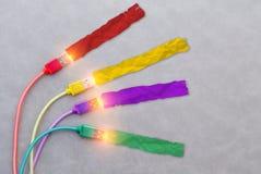USB привязывает с кабелем красного кабеля желтого цвета кабеля фиолетовым и зеленым col стоковая фотография rf