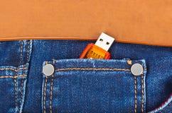 在牛仔裤口袋的USB闪存 库存照片