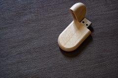Usb błysku przejażdżka z drewnianą powierzchnią na biurku dla USB portu przenośnego komputerowego laptopu dla przeniesienie dane  Fotografia Royalty Free