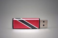 Usb błysku przejażdżka z flaga państowowa Trinidad i Tobago na szarym tle Fotografia Royalty Free