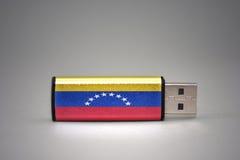 Usb błysku przejażdżka z flaga państowowa Venezuela na szarym tle Fotografia Royalty Free