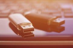 USB bildkort som ligger på den svarta bärbara datorn, case framme av hans tangentbord Lagring för faktiskt minne med USB outpuen Royaltyfri Fotografi