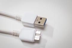 Usb blanc 3 0 câbles avec le connecteur micro de B Images stock