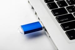USB-Blitz-Antrieb auf Computerlaptoptastatur Lizenzfreie Stockfotografie
