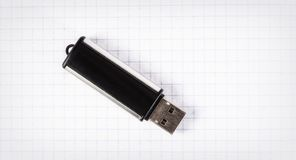 USB-Blitz-Antrieb auf einem Blatt in einem Käfig Stockfoto
