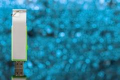 USB-Blitz-Antrieb auf einem Hintergrund aus Fokus und Blau heraus Lizenzfreie Stockfotografie
