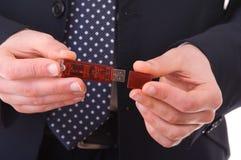 USB-Blitz-Antrieb in den Geschäftsmannhänden. Lizenzfreies Stockbild