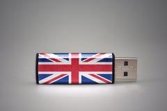 Usb-Blitz-Antrieb mit der Staatsflagge von Großbritannien auf grauem Hintergrund Stockbilder