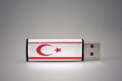 Usb-Blitz-Antrieb mit der Staatsflagge von Nord-Zypern auf grauem Hintergrund Stockfoto