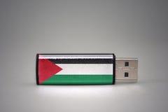 Usb-Blitz-Antrieb mit der Staatsflagge von Palästina auf grauem Hintergrund Lizenzfreie Stockfotos