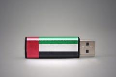 Usb-Blitz-Antrieb mit der Staatsflagge von Vereinigten Arabischen Emiraten auf grauem Hintergrund Stockfotografie