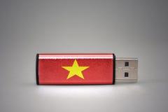 Usb-Blitz-Antrieb mit der Staatsflagge von Vietnam auf grauem Hintergrund Stockbild