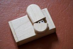 Usb-Blitz-Antrieb mit Holzoberfläche auf Schreibtisch für USB-Port-Einsteckcomputerlaptop für Überweisungsdaten und Aushilfsgesch Stockbilder