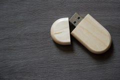 Usb-Blitz-Antrieb mit Holzoberfläche auf Schreibtisch für USB-Port-Einsteckcomputerlaptop für Überweisungsdaten und Aushilfsgesch Lizenzfreie Stockbilder