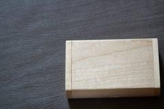 Usb-Blitz-Antrieb mit Holzoberfläche in der Holzkiste Lizenzfreie Stockbilder