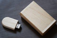 Usb-Blitz-Antrieb mit Holzoberfläche im Kasten für USB-Port-Einsteckcomputerlaptop für Überweisungsdaten und Aushilfsgeschäftskon Lizenzfreie Stockfotos