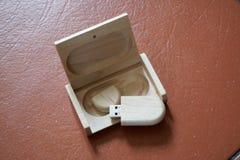 Usb-Blitz-Antrieb mit Holzoberfläche im Kasten für USB-Port-Einsteckcomputerlaptop für Überweisungsdaten und Aushilfsgeschäftskon Lizenzfreies Stockfoto