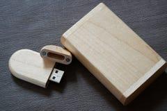 Usb-Blitz-Antrieb mit Holzoberfläche im Kasten für USB-Port-Einsteckcomputerlaptop für Überweisungsdaten und Aushilfsgeschäftskon Stockbild