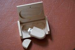 Usb-Blitz-Antrieb mit Holzoberfläche im Kasten für USB-Port-Einsteckcomputerlaptop für Überweisungsdaten und Aushilfsgeschäftskon Stockfotos