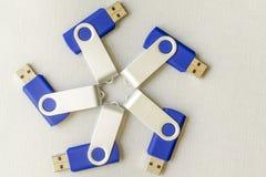USB-Blitz-Antriebe auf grauem Hintergrund Lizenzfreie Stockbilder