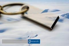 USB-Blitz-Antriebsdoppelbelichtung mit Schneeberg mit Suche e Stockbild