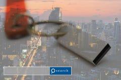 USB-Blitz-Antriebsdoppelbelichtung mit Stadtlicht mit Suche-engi Stockbilder