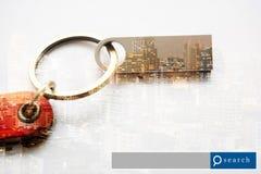USB-Blitz-Antriebsdoppelbelichtung mit Stadtlicht mit Suche-engi Stockfoto