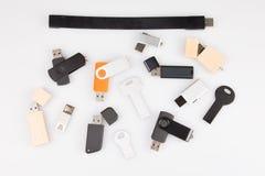 USB-Blitz-Antriebsmemorysticks auf weißem Hintergrund stockbilder