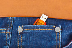 USB błyskowa pamięć w cajg kieszeni Zdjęcie Stock