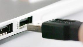 Usb 3 0 conectores de cable que son tapados en el ordenador almacen de video