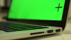 USB-de kabel verbindt met een groef, stopt de hand kabel in laptop, chroma zeer belangrijke lengte stock videobeelden