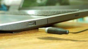 USB drevpropp som svävar till hålighetstålar Royaltyfri Fotografi