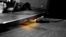 USB drevpropp som svävar till stålarfotografiet Arkivbild