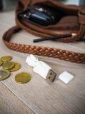 USB en één of andere euro ` s die op de vloer naast het leer liggen handb royalty-vrije stock fotografie