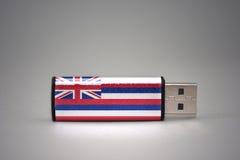 Usb-exponeringsdrev med den hawaii statflaggan på grå bakgrund Royaltyfri Fotografi