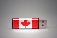 Usb-exponeringsdrev med nationsflaggan av Kanada på grå bakgrund Arkivfoto