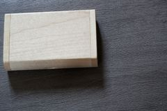 Usb-exponeringsdrev med träyttersida i asken för bärbara datorn för dator för USB port den inkopplingsför överföringsdata och res Arkivfoton