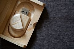 Usb-exponeringsdrev med träyttersida i träasken för bärbara datorn för dator för USB port den inkopplingsför affärsidé för överfö Arkivfoton