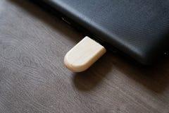 Usb-exponeringsdrev med träyttersida på skrivbordet för bärbara datorn för dator för USB port den inkopplingsför överföringsdata  Fotografering för Bildbyråer