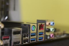 USB för bakpanel för datordel ljudsignal, Ethernetkontaktdon USB 3,0, HDMI på moderkortet Arkivbild