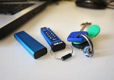USB-flashstation om uw gegevens en van verschillende media dossiers op te slaan stock foto